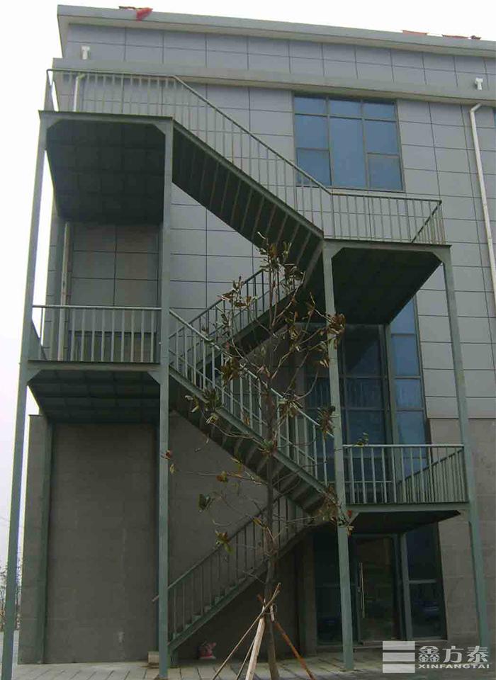 四层楼的钢格板钢梯