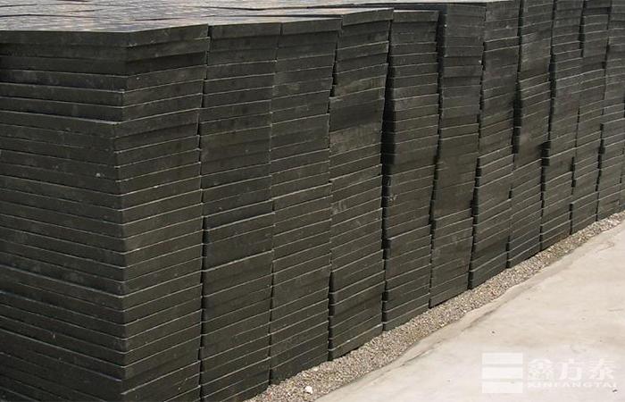 堆放着的复合钢格板半成品
